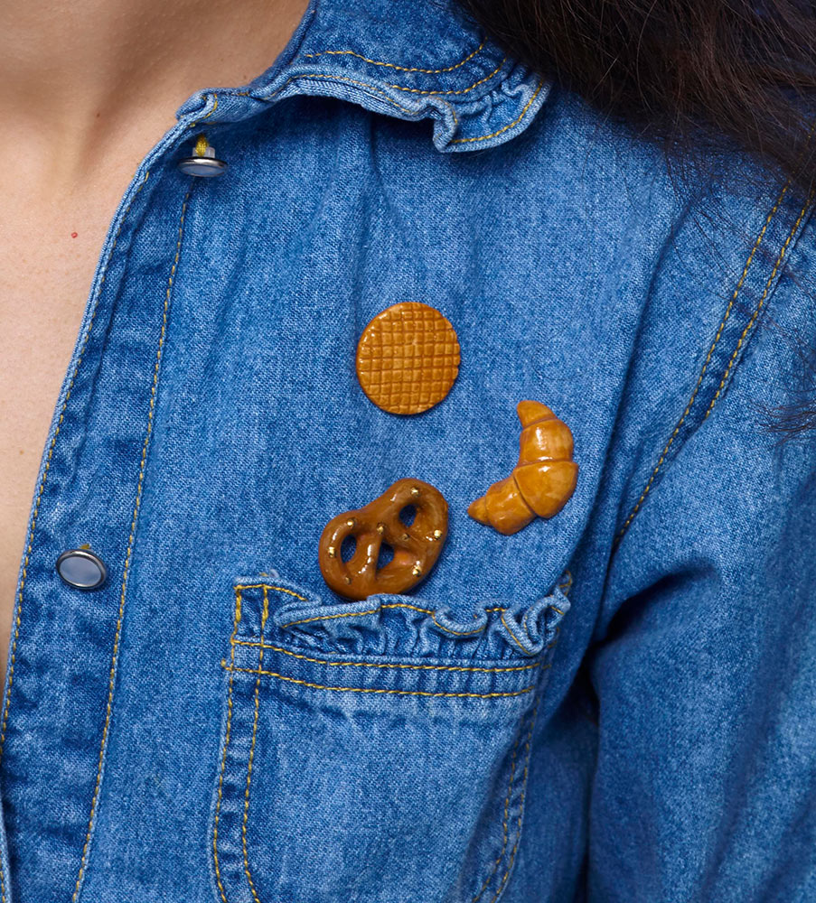 Portret-in-jeans_-STOOK-porcelain-jewelry_-pins-crop_RGB.jpg